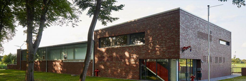 Dunkelbraunes kubistisches Gebäude mit Anbau